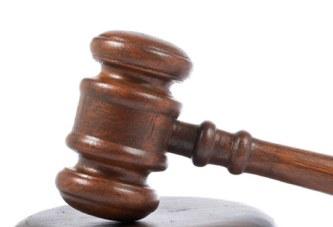 Por tropezar, una juez puede cobrar un millón de dólares