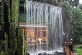 San Viernes: Restaurant al pie de una cascada
