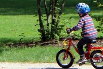 La importancia de poner el casco a nuestros hijos al montar en vehículos con ruedas