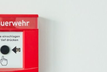 Los bomberos reparten 500 detectores de humo para evitar incendios en edificios de riesgo