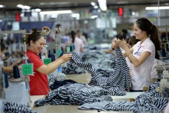 OIT: Promover un mejor trabajo para las mujeres en el sector de la confección de Vietnam